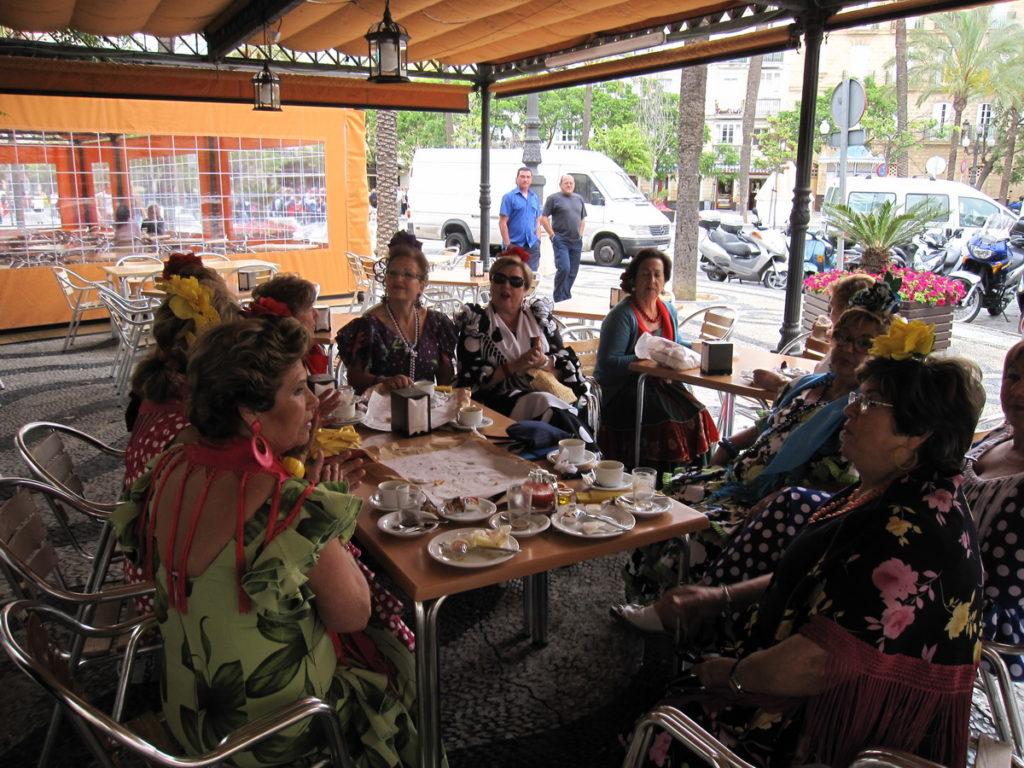 Dames in Flamencojurk aan de koffie