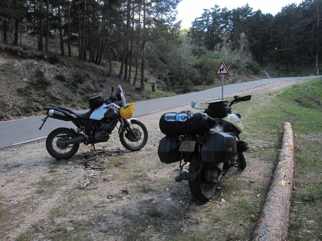 Twee motoren langs een weggetje