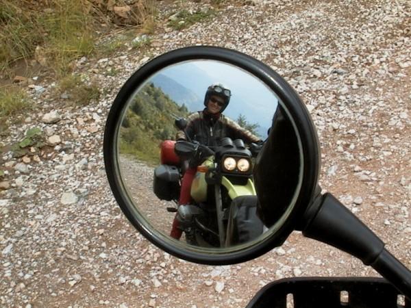 Spiegel met iemand op de motor