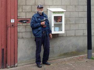 Man met boormachine naast Minibieb