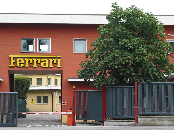 Poort met daarboven de naam Ferrari