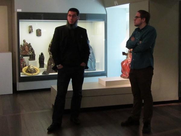 Twee mensen aan het praten in een museum
