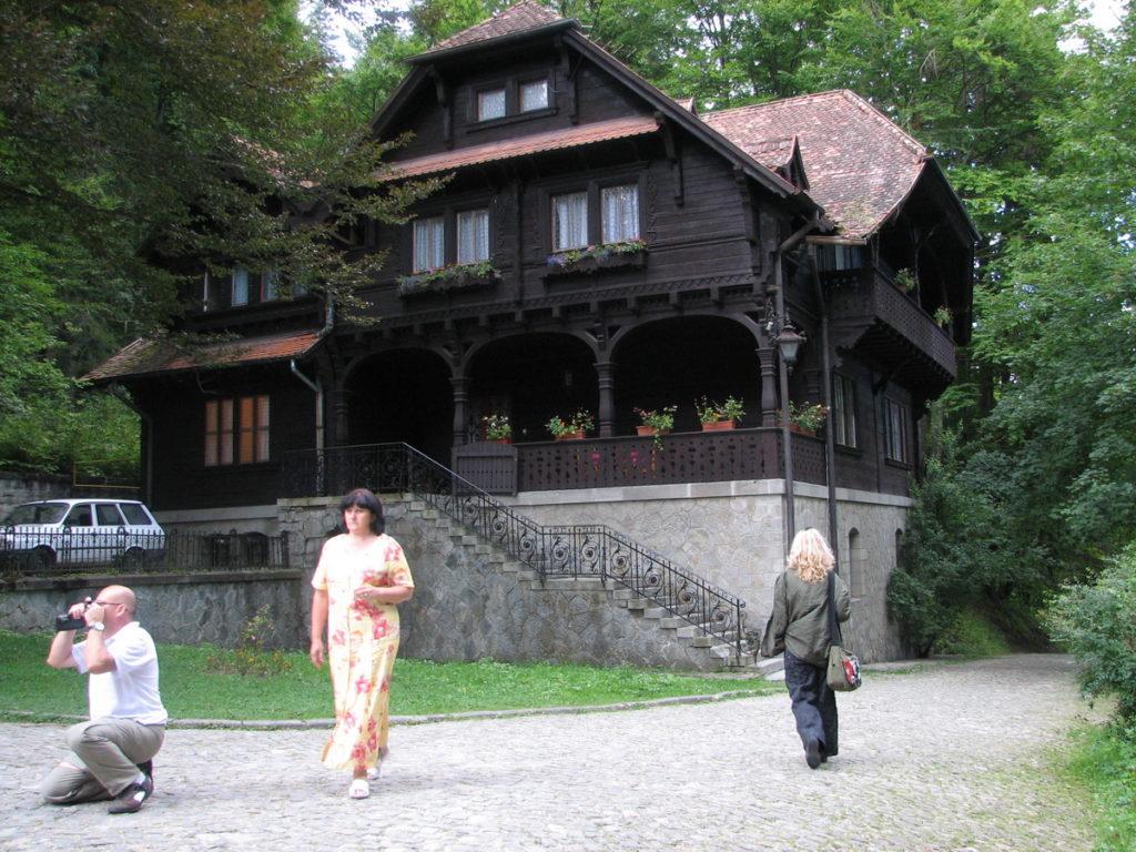 toeristen voor houten huis