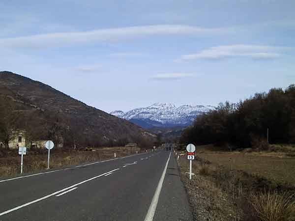 Rechte weg, afstevenend op witbesneeuwde bergen