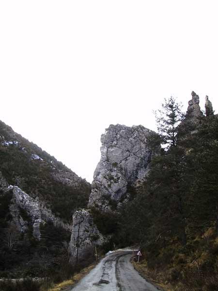 Puntvormige rots waar de weg onderdoor loopt