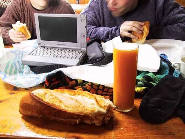 Sinaasappelsap, broodje, Libretto, en een broodje-etende Steffen en Pernette