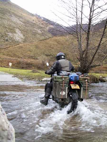 Hans rijdt dwars door een rivier