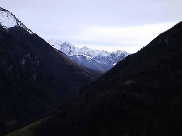Doorkijkje naar besneeuwde bergen