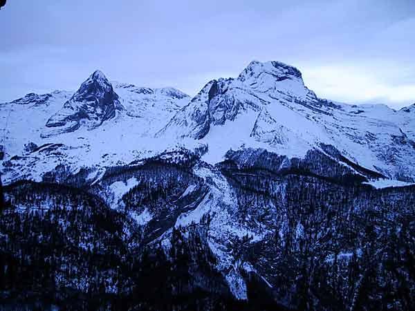 Besneeuwde bergen in koud licht