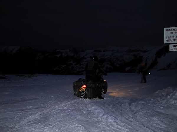 Hans op z'n Magna vast in de sneeuw