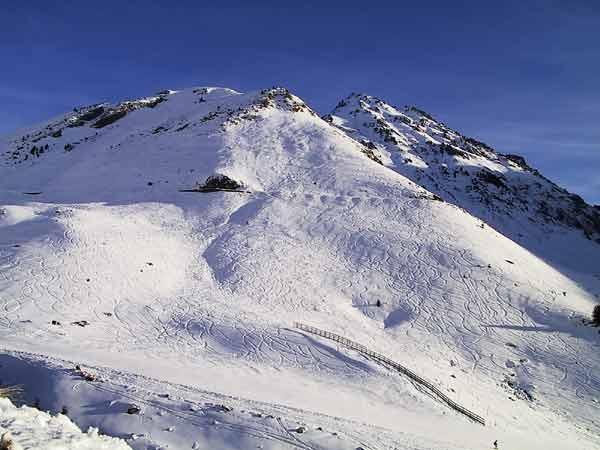 Berg met sporen van ski's in de sneeuw