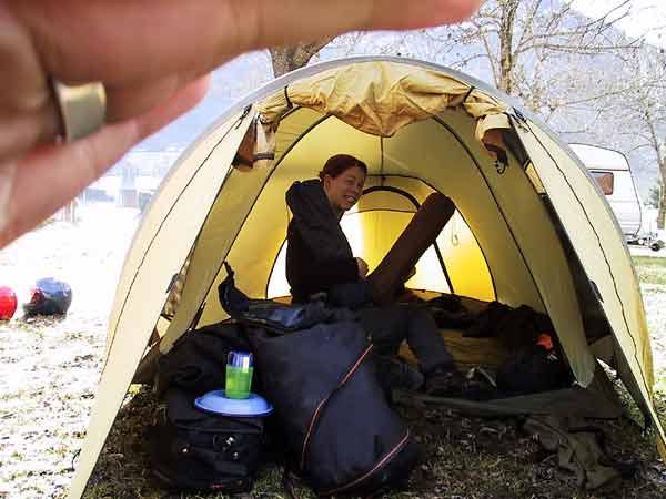 Pernette in tent met opgerold matje schuin omhoog