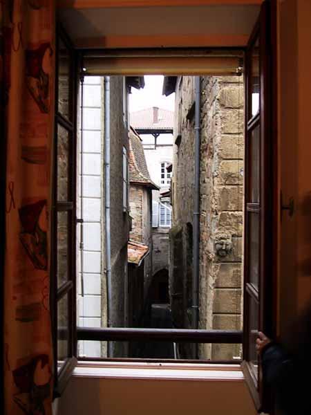 Doorkijkje in smalle stegen vanuit hotelraam