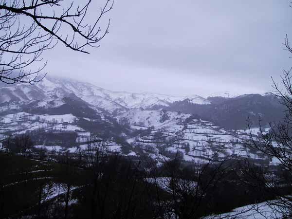 Puntige heuvels, met sneeuw