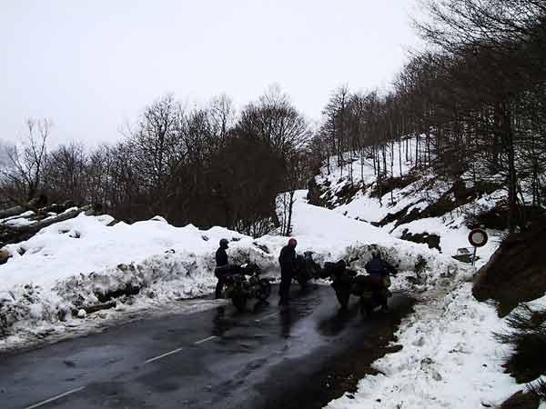 De motoren voor een sneeuwwal over de weg