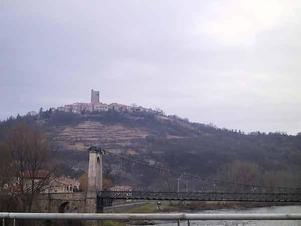 Heuvel met bovenop een dorpje met uitstekende toren