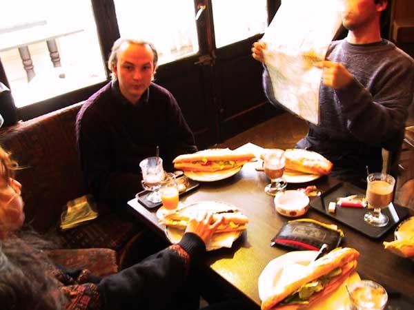 In een warm cafe enorme broodjes eten