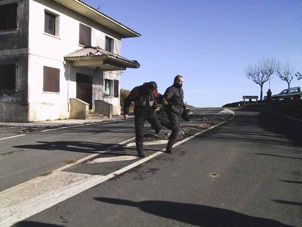 Steffen en Hans op de grens tussen Spanje en Frankrijk