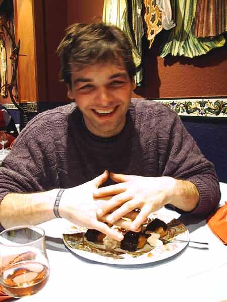 Steffen dekt chocoladetaart af met z'n handen