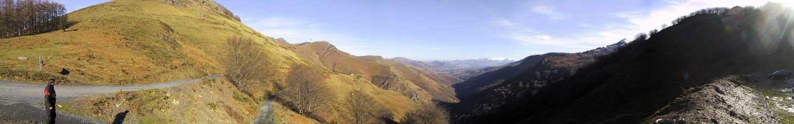Berglandschap in herfstkleuren, met sneeuw op de achtergrond
