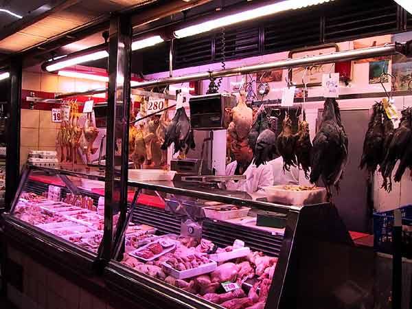 Marktkraam met allerlei dode vogels