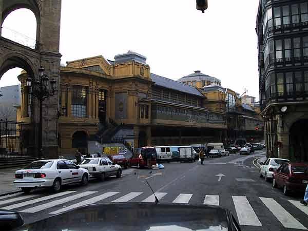 De Mercado de Ribera, een groot gebouw in gele steen