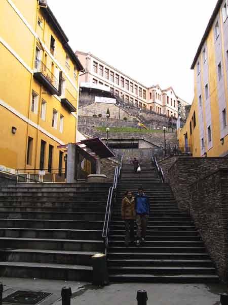 Trappen tussen de huizen naar boven