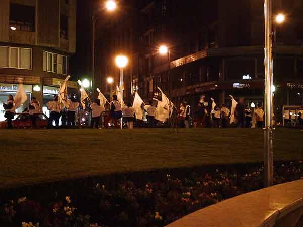Demonstratie met witte vlaggen met flessen er aan