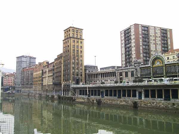 Oude hoge gebouwen langs het water