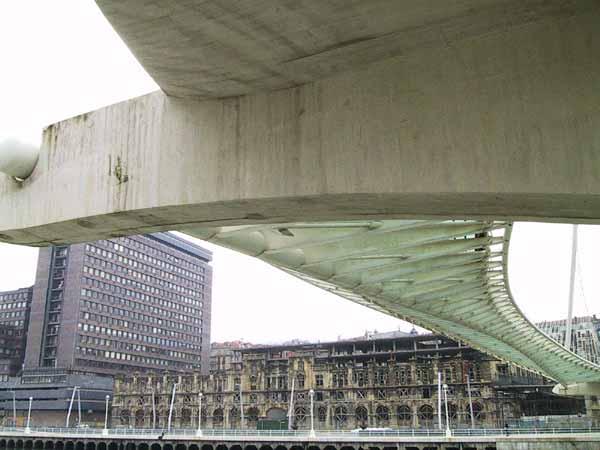 Gebogen lijnen in beton en metaal