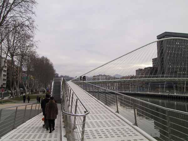 Metalen rolstoelopgang naar prachtige voetgangersbrug