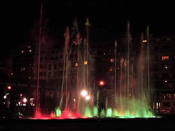 Fontein in groen en rood licht