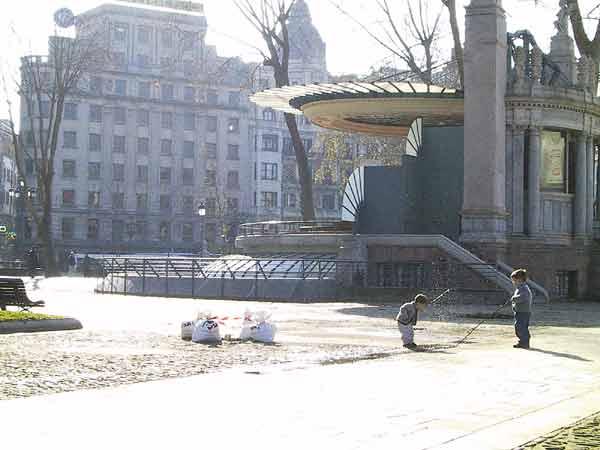 Twee jongetjes met stokken in het park