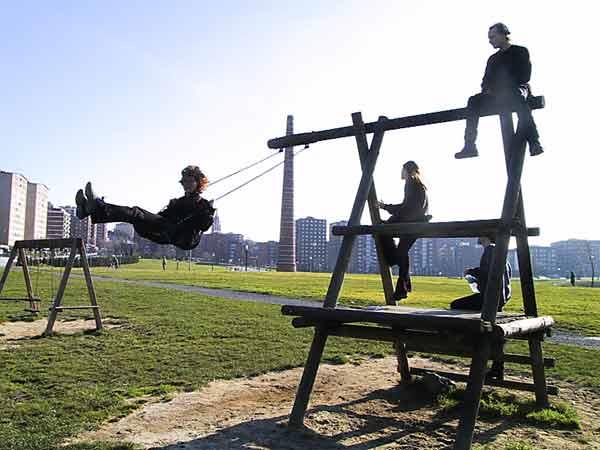 Sylvia aan het schommelen, Hans, Steffen en Pernette in het klimrek