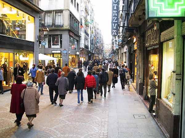 Winkelstraat in de oude stad, vol mensen
