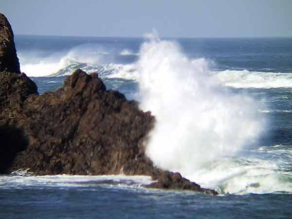 Joyfull sea, splashing against rocks