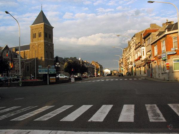 Belgisch kruispunt met kerk