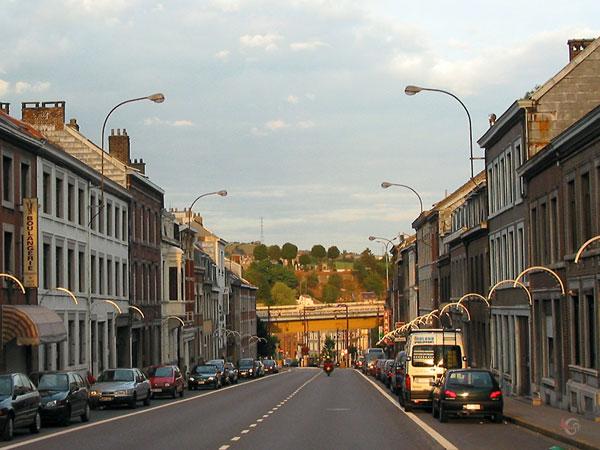 Belgische straat, steil naar beneden
