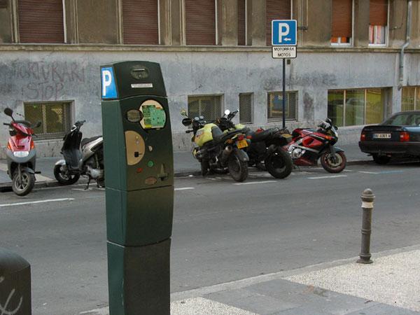 Motoren en scooters op een P voor motoren
