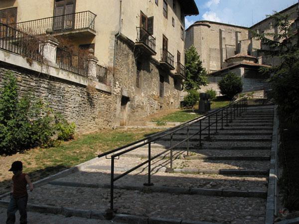 Brede trappen tussen oude huizen