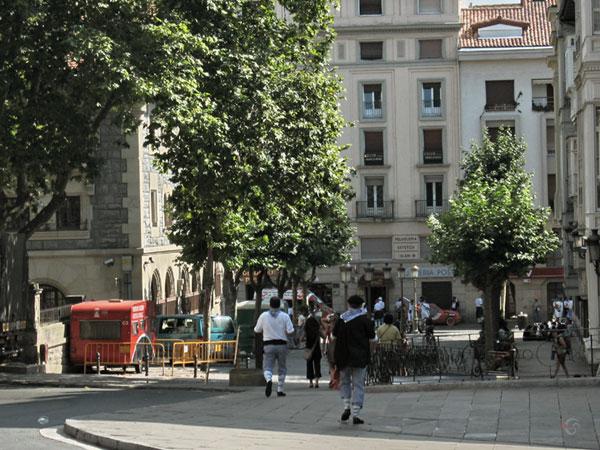 Stadsstraatbeeld met jongens in klederdracht