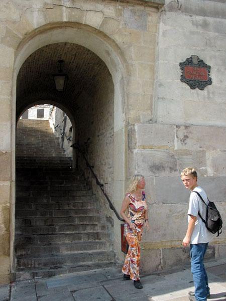 Pieter en Sylvia bij de schaduw van een poort met trap