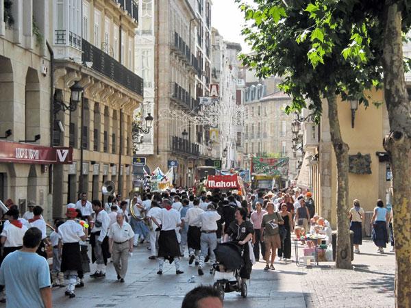 Straat vol mensen, van ons vandaan bewegend