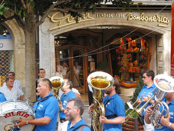 Mensen met koperen blaasinstrumenten en een trommel