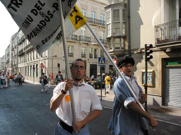 Twee mannen met spandoek