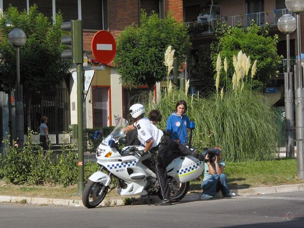 Politieagent stapt op motor