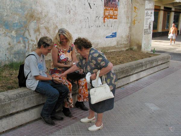 Vrouw geeft snoepjes aan Pieter