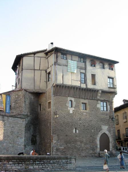 Huis met bovenste verdieping in vakwerk