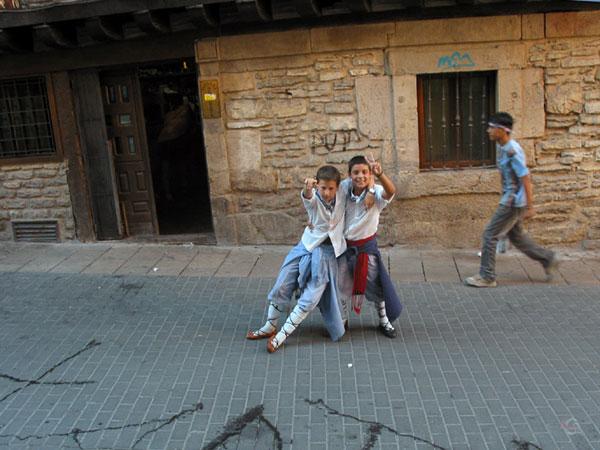 Twee kleine jongetjes in klederdracht