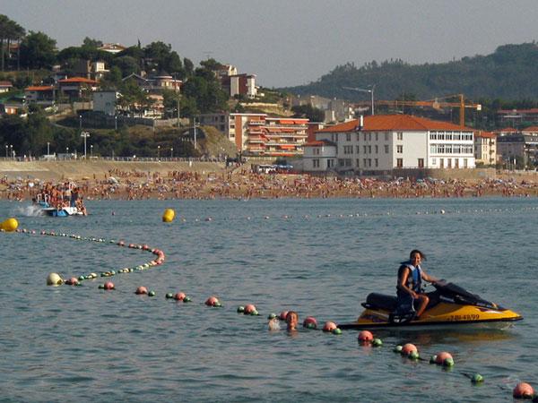 Pieter zwemt weg van waterscooter